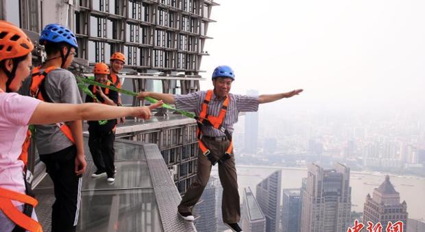 China inaugura seu terceiro maior arranha-céu com passarela de vidro